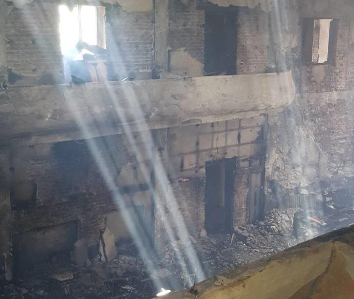 Все още има локални пожари в изпепеленото читалище в козлодуйското
