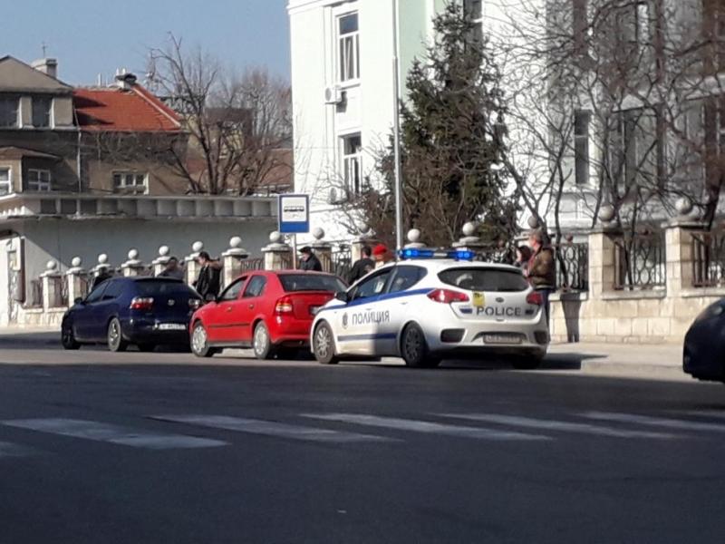 Лек автомобил удари патрулен атомобил на полицията, спрял на пешеходна