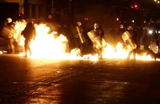 Анархисти са замеряли атинските полицаи с камъни и бутилки със