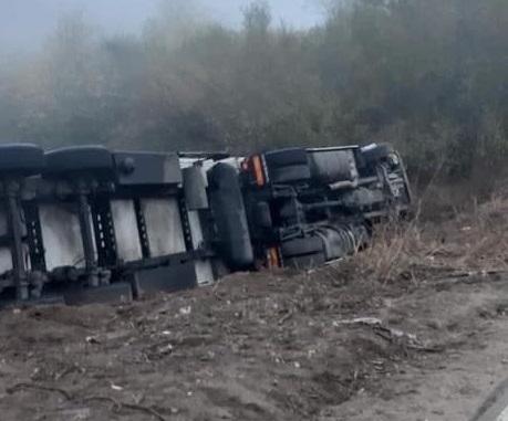 Внимание, шофьори! Два ТИР-а се обърнаха във Видинско, затвориха главен път Е-79 /снимки/