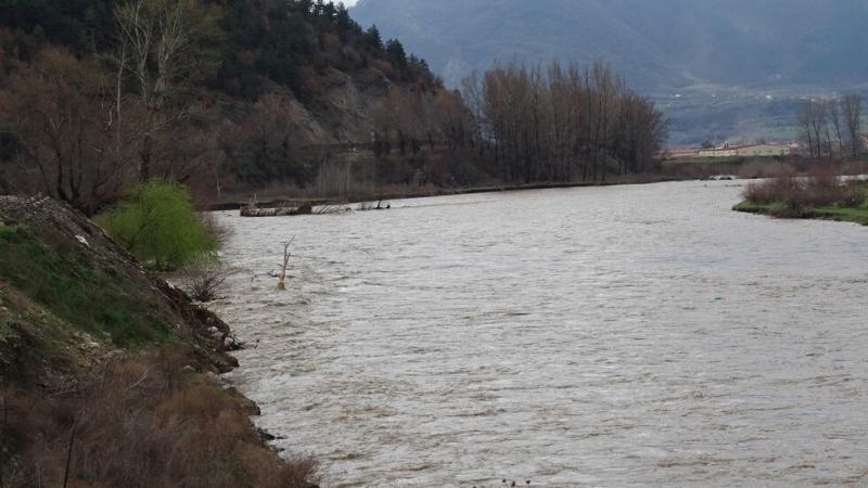 Водата в река Струма е оцветена в червено на територията