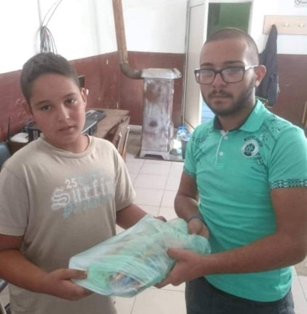 Млад мъж от видинското село Дреновец помага на ученици в