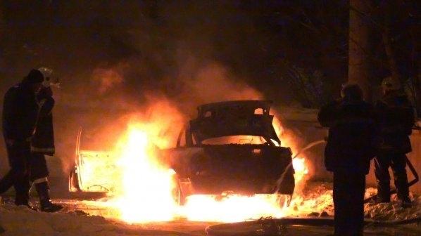 Снимка: Гореща нощ! Драснаха клечката на кола в Бяла Слатина