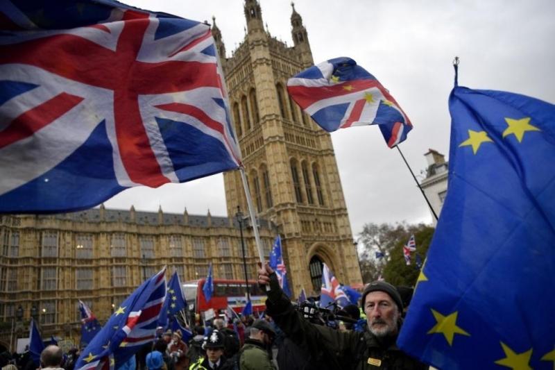 Довечера британските депутати ще гласуват по вот на недоверие на