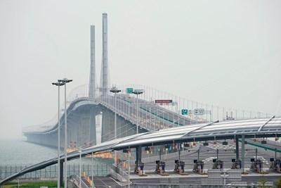Най-дългият морски мост в света бе открит днес в Китай.