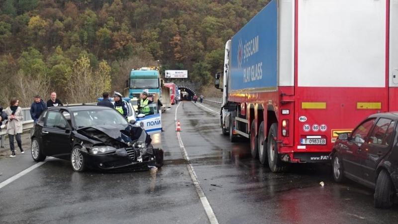 Верижна катастрофа затвори за движениеглавен път Е-79 в района на