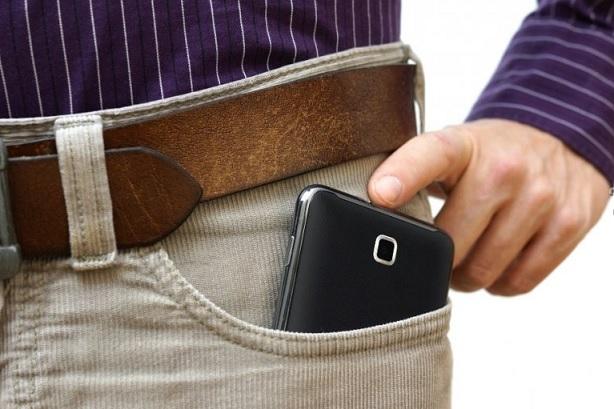 Служители на реда са хванали двама мъже, откраднали мобилен телефон