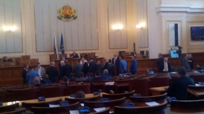 Парламентарното заседание е временно прекратено поради безредици. Водещият Явор Нотев