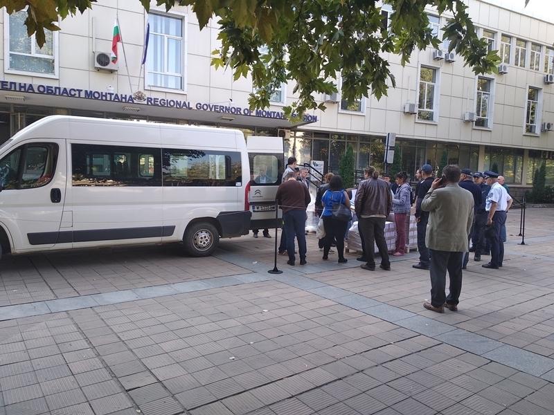 Изборните бюлетини за вота на 27 октомври пристигнаха с ескорт