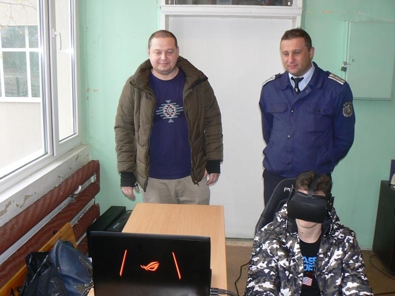 Пътни полицаи от Видин гостуваха на ученици от местната езикова