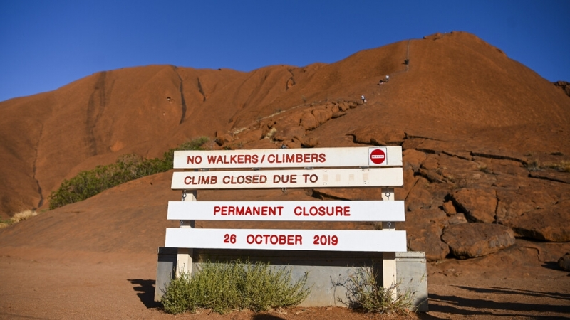 Стотици туристи се стекоха за последно на скалния масив Улуру