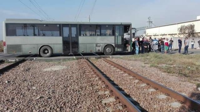 Служебен автобус на Винпром Карнобат току-що блокира жп линията София-Бургас