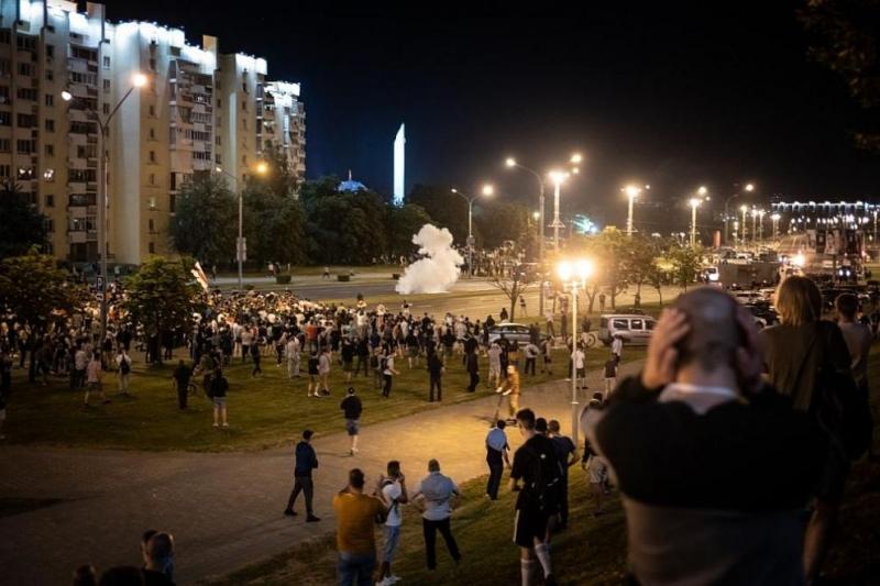 Нестихващо напрежение в Беларус: Трета нощ на протести и барикади