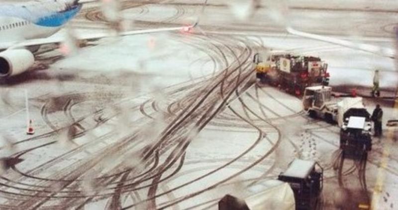 """Летището в Брюксел """"Завентем"""" спря днес работа заради обилния снеговалеж."""