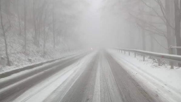 Сняг вали в Петроханския проход