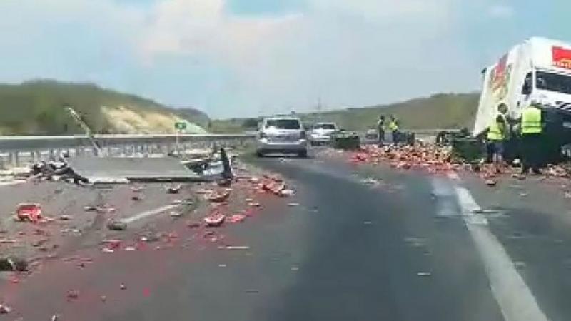 """Коласе удари вкамион, пълен сдинина магистрала """"Марица"""". Следударакамионът еразсипалтовара поплатното,"""