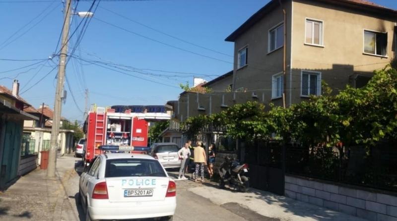 Жена е пострадала сериозно при пожар в дома си в