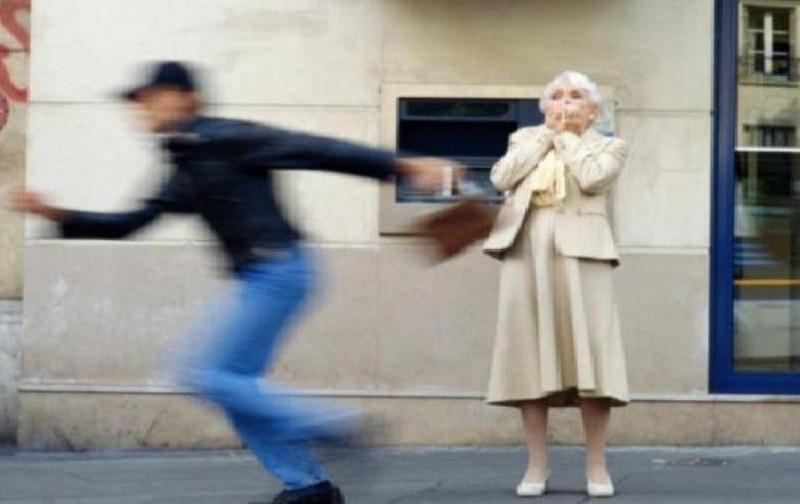 Полицаи са задържали непълнолетен младеж, обрал баба в центъра на