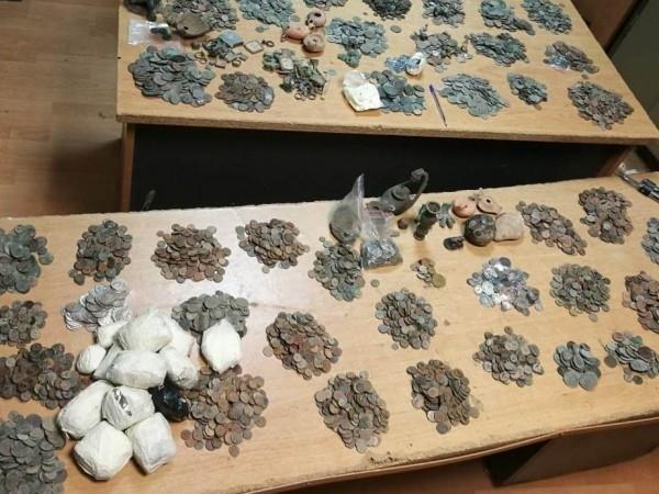 Митнически служители задържаха над 11 000 старинни монети, фигурки, пръстени