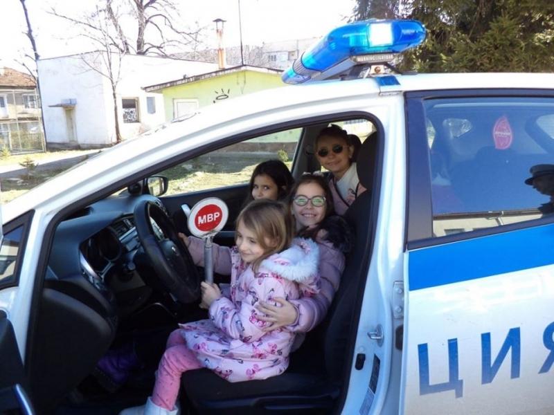 Снимка: Първокласници и полицаи се срещнаха в Берковица /снимки/