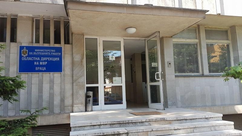 Само в BulNews! Ученички от ППМГ Враца намериха портфейл с много пари и го върнаха на собственика му
