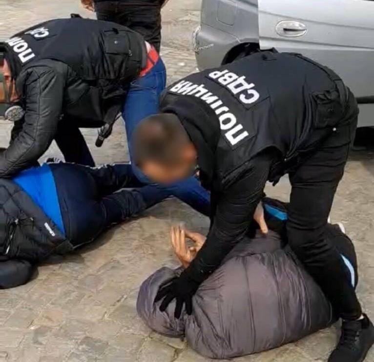 Задържаха 8 души за нерегламентирана търговия с кръв и отправени заплахи /снимки/
