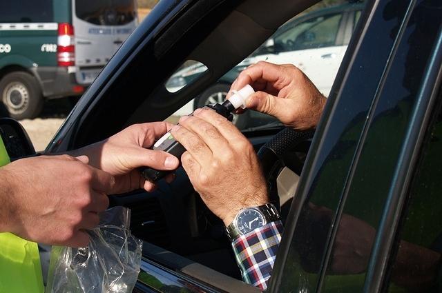 Полицаи хванали пиян мъж зад волана в Мездра, съобщиха от