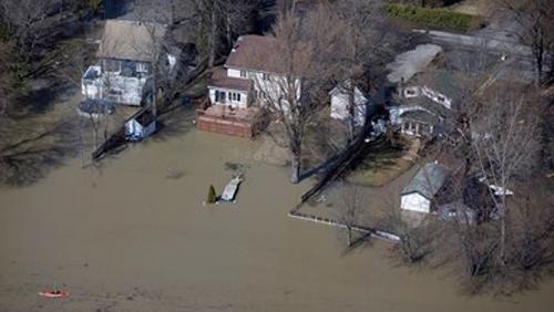 Поройни дъждове предизвикаха тежки наводнения в Канада. Над 1500 души