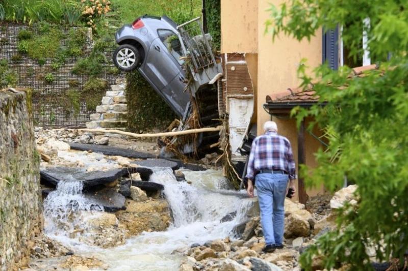Силна гръмотевична буря удари Швейцария вчера вечерта, съобщават местните медии.
