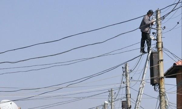 Хванаха млад мъж да краде ток, съобщиха от полицията. На