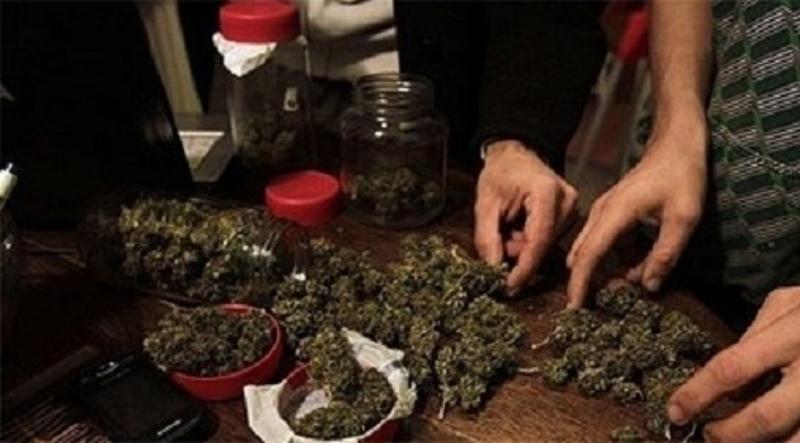 Униформени тарашиха дома на дилър от Лом, намериха голямо количество наркотици