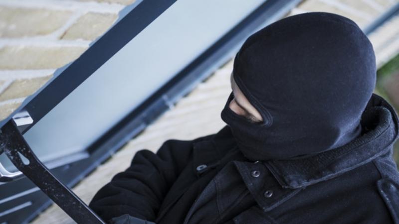 Полицейски служители са заловили тийнейджър, откраднал пари от къща във