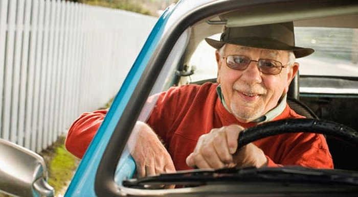 Неправоспособен дядо е заловен да дава газ на колата си