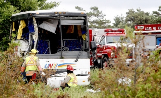 Снимка: Автобус с туристи катастрофира