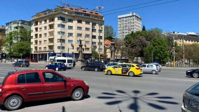 Две коли се сблъскаха на Орлов мост в столицата, пише
