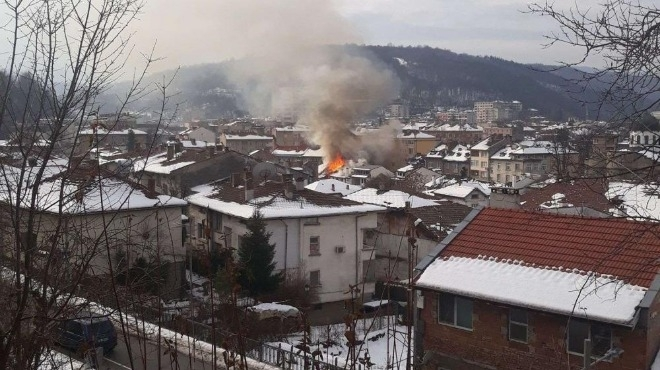Пожар избухна в старинния Шести участък в центъра на Габрово,