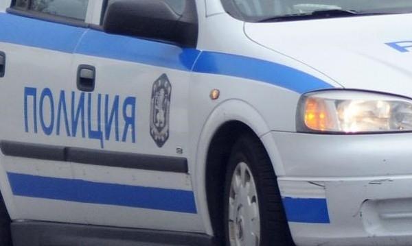 Полицията е проверила двама с нередовни автомобили във врачанско село,