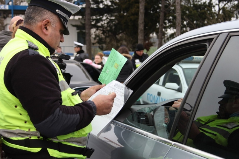 """Снимка: Почерпен до козирката шофьор юрка """"Опел Вектра"""" из берковските улици"""