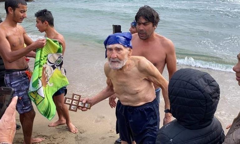 93-годишен спасител хвана кръста на Йордановден по стар стил