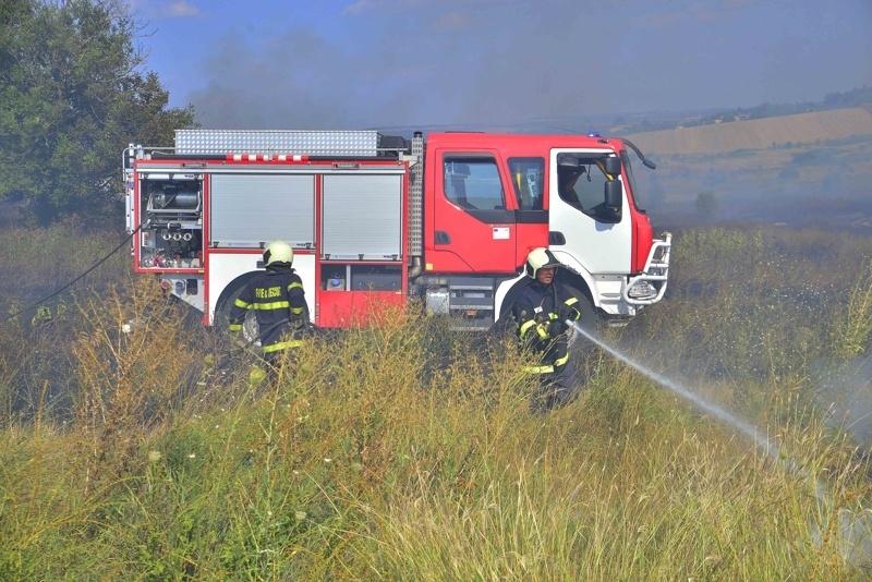 Снимка: Пламнали сухи треви подпалиха кола във Видинско