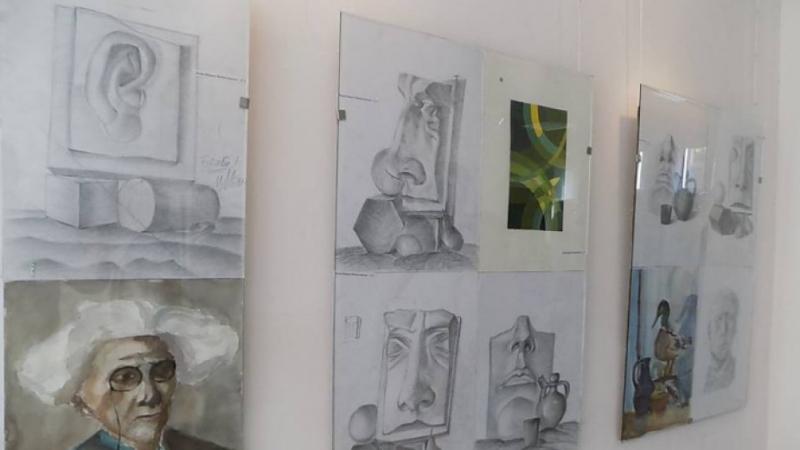Учебни рисунки на млади художници ще видят днес ценителите на