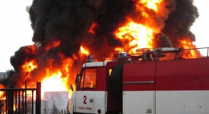 Пожар е изпепелил складово помещение с дърва за огрев във