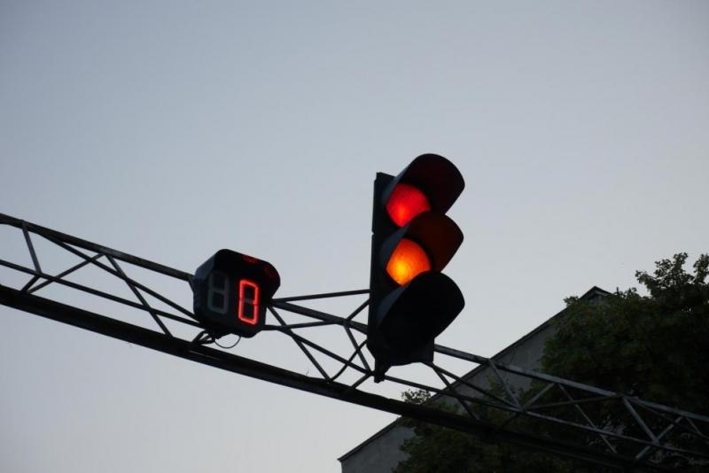 БМВ помете кола на НСО на червен светофар в София, пострада служител на службата
