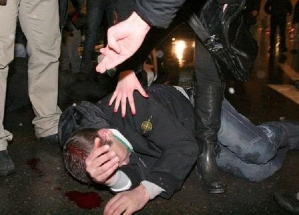 """Снимка: Мъже от Русе пребити пред дискотека """"Блейк лейбъл"""" в Монтана, полицията издирва бияча"""