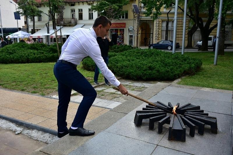 Под звуците на тържествен сигнал във Враца беше запален вечният
