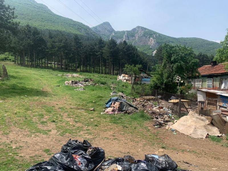 """Започна цялостното почистване на отпадъците в района на ул. """"Доспат""""."""