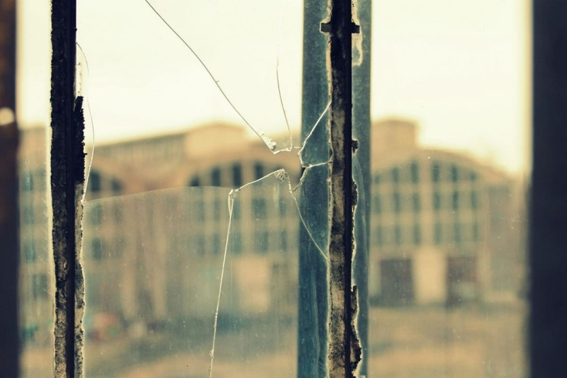 Снимка: Мъж потроши стъклата на къща във Врачанско