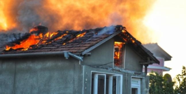Пожарникари гасиха запалена къща в Берковица, съобщиха от МВР в