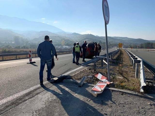"""Автомобил се обърна по таван на автомагистрала """"Струма"""" край Дупница."""