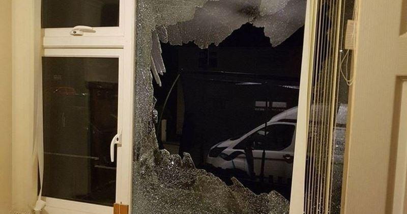 Неизвестен вандал е потрошил с бомбички заложна къща в Горна